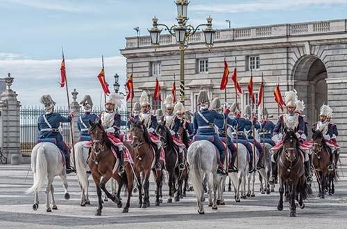 relevo solemne guardia real madrid - palacio real madrid